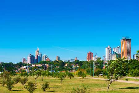 Wolkenkrabbers en stadsgebouwen, Asuncion, Paraguay. Stad landschap. Ruimte voor tekst kopiëren Stockfoto