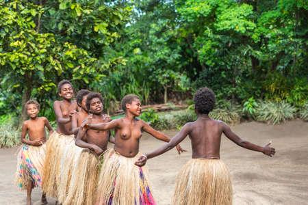 TANNA ISLAND, VANUATU - 21. JULI 2019: Nackte Mädchen aus dem Stamm im Dorf Yakel. Mit selektivem Fokus
