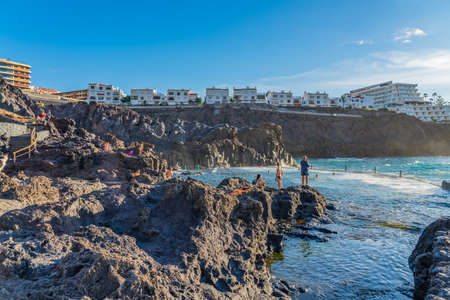 LOS GIGANTES, SPAIN - NOVEMBER 09. 2020: Natural swimming pool in the rock. Los Gigantes, Canary Island Tenerife, Spain 新闻类图片