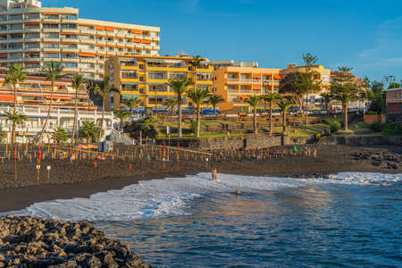 PUERTO DE SANTIAGO, SPAIN - NOVEMBER 09.2020: Playa de la Arena with limitet places because of Covid 19 during sunset in Puerto de Santiago, Tenerife, Spain 新闻类图片