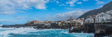 Natural pools, Piscinas Naturales de Garachico El Caleton, during stormy weather with high waves, Tourist attraction of Garachico Tenerife 免版税图像