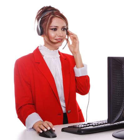 answering phone: Representante de servicio al cliente respondiendo a llamadas telef�nicas, vistiendo un traje de negocios rojo.