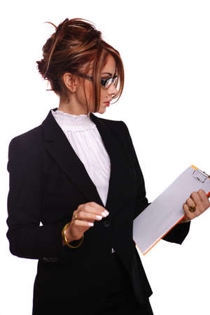 highlighted hair: Attraente businesswomaninsegnantesegretaria guardando attraverso i suoi documenti