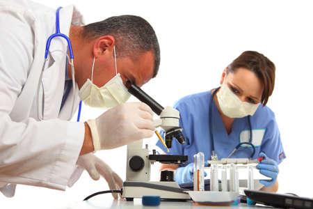 Arts en verpleegkundige in het laboratorium test op steek proef, op wit wordt geïsoleerd te doen