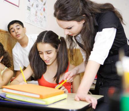 maestra ense�ando: Profesor de ense�anza mientras estudiaba trampa  Foto de archivo