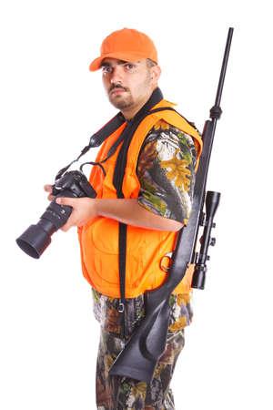 ハンターのライフルと白で隔離され、デジタル カメラを保持しています。