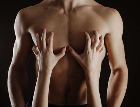 femme noire nue: Gros plan de femme caressant son du coffre maudit