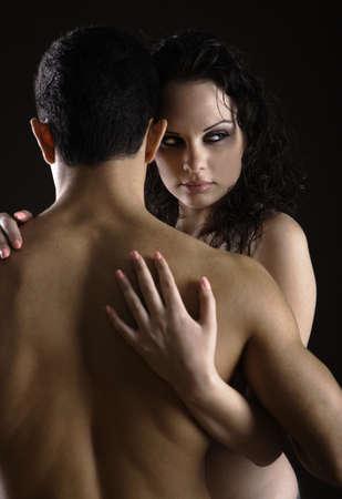 sexo pareja joven: Mujer sosteniendo a su hombre con su espalda hacia la c�mara  Foto de archivo
