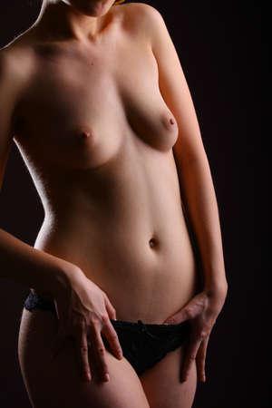 beaux seins: Femme aux seins nus montrant ses beaux seins