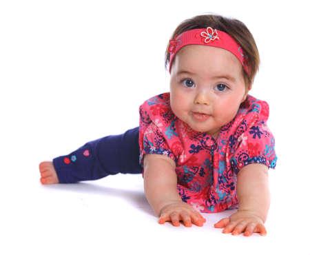 bebe gateando: Bebé en el suelo mirando a la cámara aislada en blanco