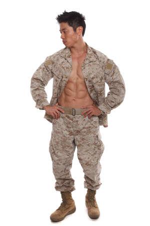 hombres sin camisa: Marine Sexy asiática en uniforme mostrando su abs