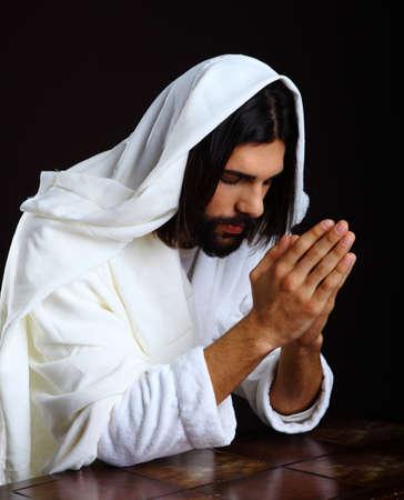 Bidden Jezus Christus van Nazareth knielen handen in elkaar Stockfoto