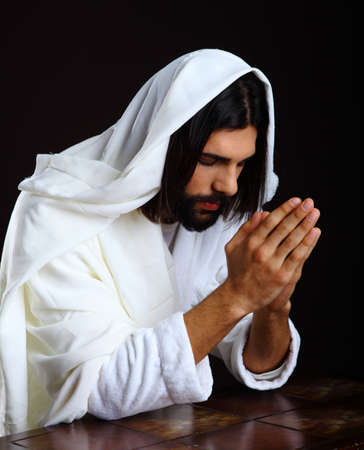 REZANDO: Orar Jesucristo de Nazaret rodillas las manos Foto de archivo