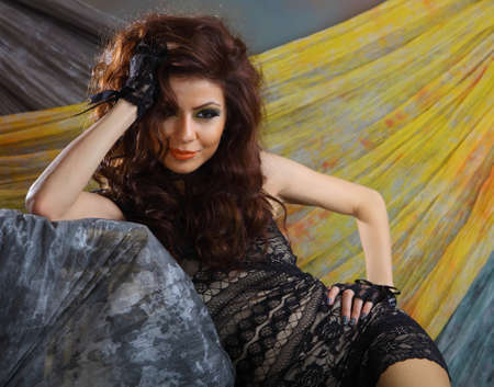 looking into camera: Glamour ragazza in posa guardando la telecamera su uno sfondo arancione