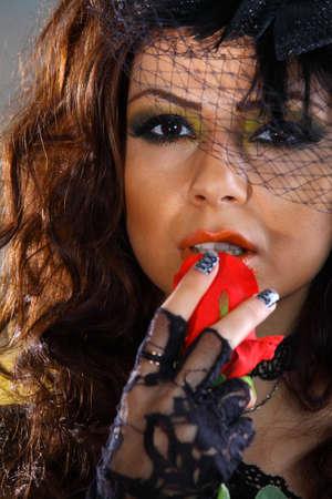 Glamour girl holding red rose, Kopf geschossen