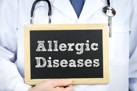 Mensaje de enfermedades alérgicas en la pizarra por un médico
