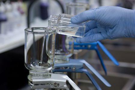 Het testen van drinkwater voor micro-organismen.