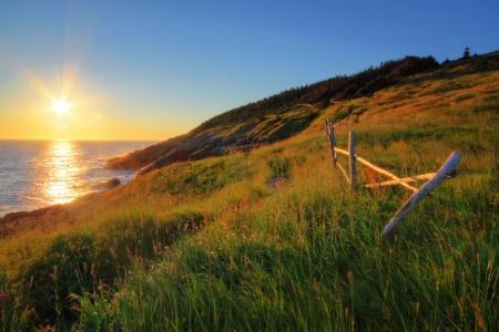 日の出でニューファンドランドの海岸線。