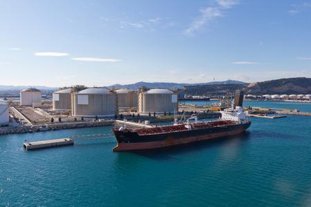 Olietanker afgemeerd aan een olie-opslag terminal Stockfoto