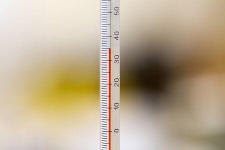 balanza de laboratorio: Primer plano de una temperatura que muestra el termómetro de alcohol en celsius.