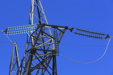 Hoge spanning transmissie lijn mast en kabels Stockfoto - 86257171