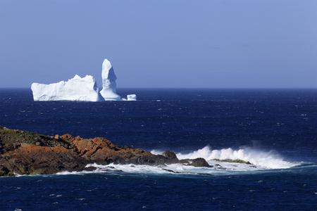 Iceberg dérivant le long du littoral de Terre-Neuve. Banque d'images - 87070396