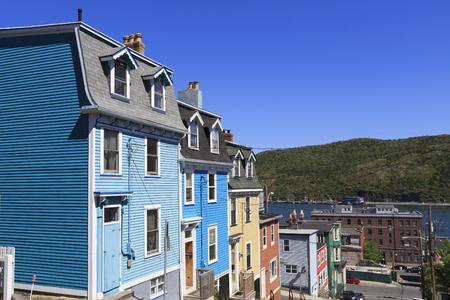 Architecture des maisons colorées sur les rues escarpées de St John's, Terre-Neuve, Canada Banque d'images - 87328444