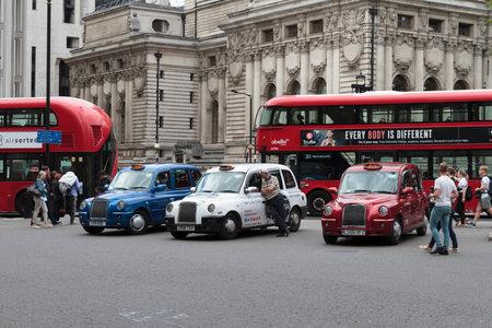 LONDRES, REINO UNIDO - 20 DE AGOSTO DE 2017: Taxis y autobuses que esperan en tarifas en el distrito turístico de Londres, tomado el 20 de agosto de 2017 en Londres. Foto de archivo - 87318734
