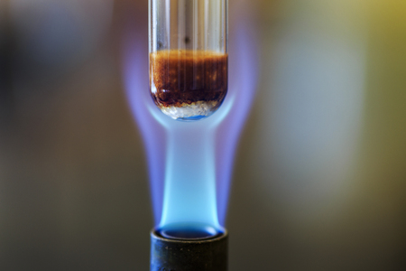 Combustion reaction using sucrose to produce caramel and steam. Archivio Fotografico