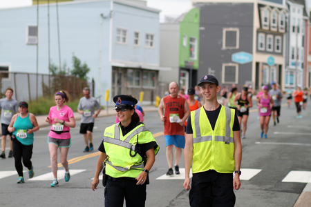 ST. JOHNS, NEWFOUNDLAND AND LABRADOR, CANADA - JULY 22, 2018. Unidentified police officers providing security for the 91st Tely 10 road race, taken on July 22, 2018 in St. Johns. 新聞圖片