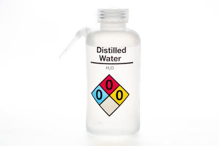 Bouteille d'eau distillée utilisée dans les laboratoires avec nom et code de sécurité. Banque d'images