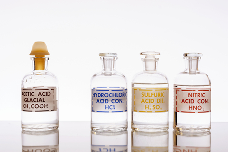 Les trois acides inorganiques courants et l'acide organique le plus couramment utilisé en chimie : chlorhydrique, sulfurique, nitrique et acétique. Banque d'images