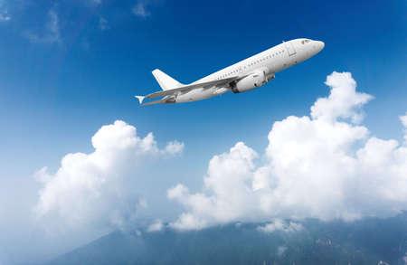 turbine: Vuelo de avión comercial de pasajeros en el cielo azul