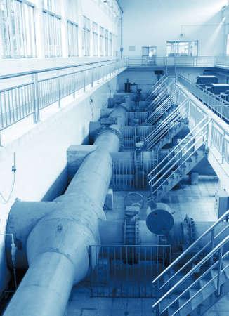 bomba de agua: estación de bombeo de agua - planta de tratamiento de agua dentro de las bombas y tuberías