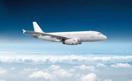 to fly: Vuelo de avi�n comercial de pasajeros en el cielo azul