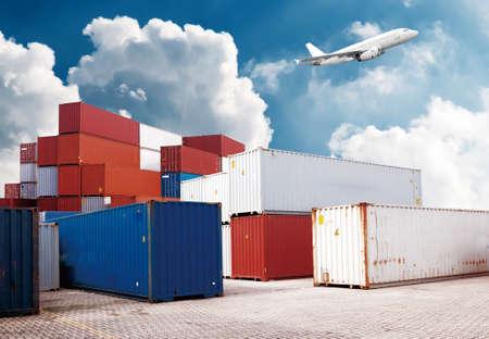 montacargas: puerto industrial con contenedores Foto de archivo