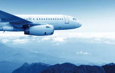 Passagiers vlieg tuig vlucht in de blauwe hemel Stockfoto