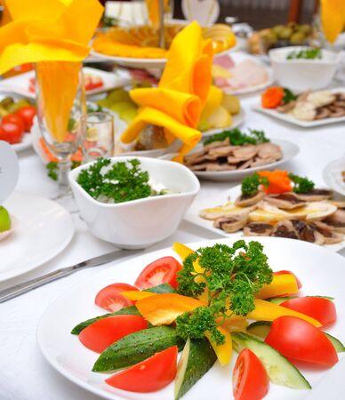 mesa servida con varios platos Foto de archivo - 3924417