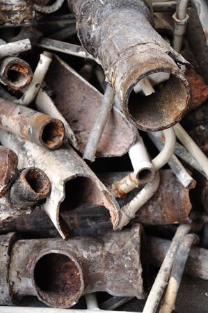 tuberias de agua: mont�n de tuber�as de agua rotas oxidado Foto de archivo