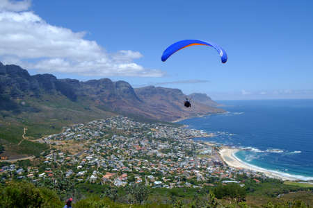 Paragliders taking off from Lion Heads Rock in Cape Town. Archivio Fotografico