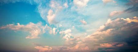 구름 파노라마. 극적인 일몰 하늘입니다. 고해상도 사진