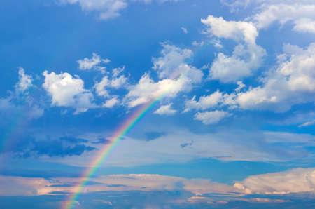 하늘 구름과 무지개 배경입니다. 고해상도 사진 스톡 콘텐츠