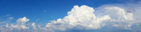 푸른 하늘에 흰 구름의 고해상도 사진 스톡 콘텐츠