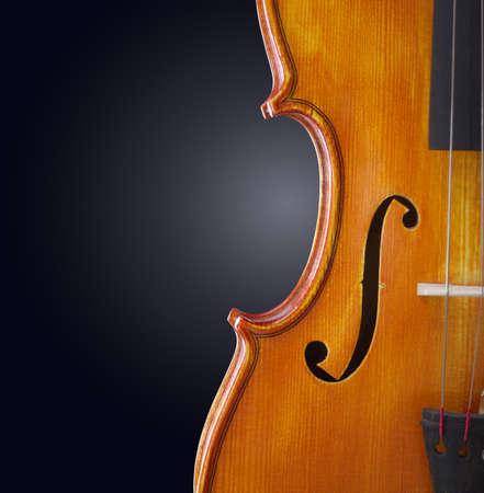 바이올린 배경입니다. 어두운 배경에 클래식 목조 악기