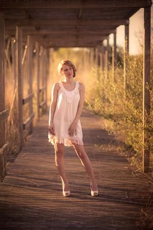 vestido blanco: Ni�a bonita con el pelo rubio y vestido blanco. Foto de archivo