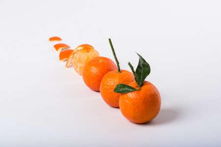 orange peel clove: sequenza di clementine, pelati e intacts su sfondo bianco