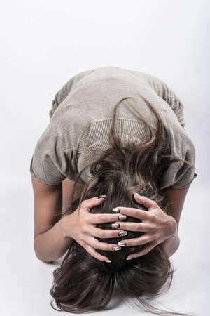 彼女の膝の上に絶望的な女の子 写真素材 - 106697469