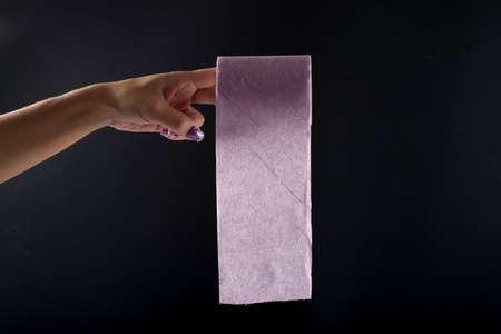rosa negra: mano y rollo de color púrpura de la mujer