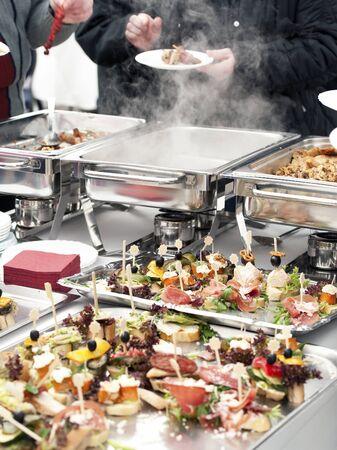 buffet food: Personas elegir comida de buffet