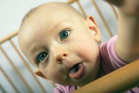 12 month old: 12 mesi di et� bambino guarda verso di me e mi mostra la sua lingua